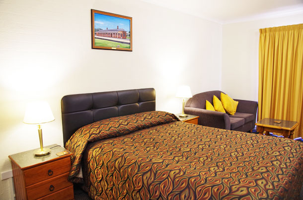 Comfortable Queen Room at Stannum Lodge Motor Inn